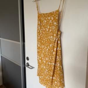 SÅ söt klänning från märket Even&Odd. I jätte bekvämt material, fint mönster och djup i ryggen med en knytdetalj. I perfekt skick då den knappt är använd.