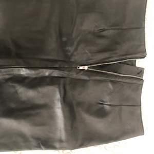 En aldrig använd skin kjol från H&M, storlek S