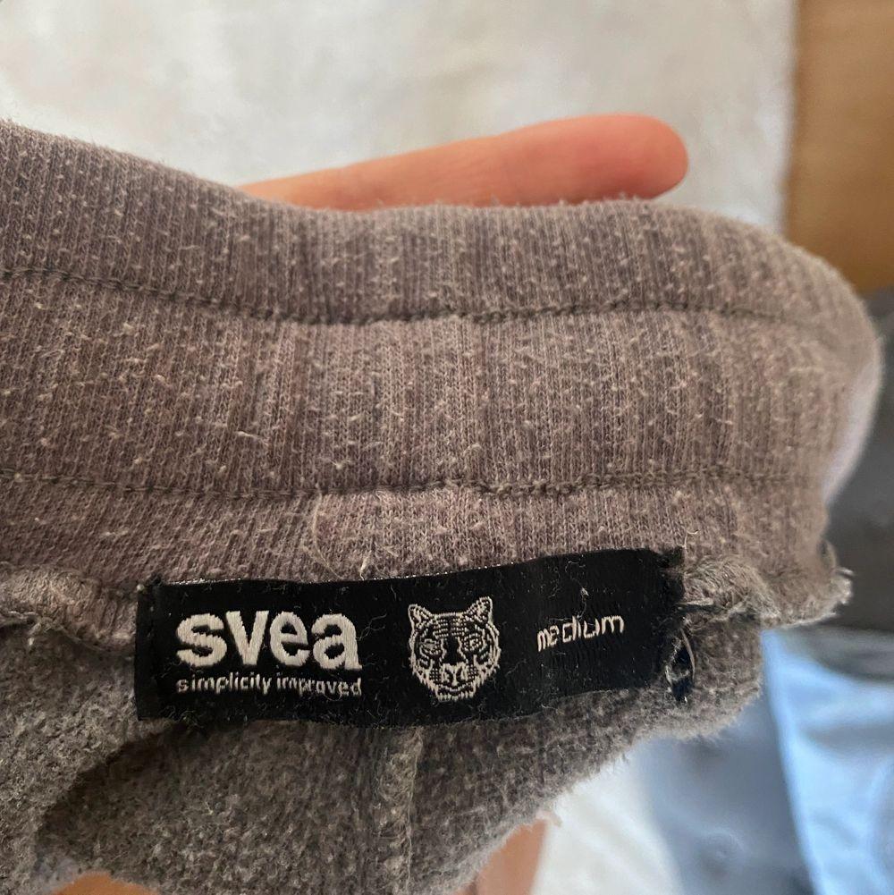 Säljer dessa svea tiger jättesköna byxor som jag aldrig får användning för❤️ välanvända❤️det står att storleken är M men den är xs - s. Jeans & Byxor.