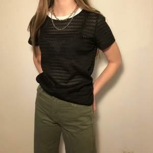 Svart, genomskinlig T-shirt från Zara<3 Använd ett fåtal gånger och är i nyskick! Strl M, men passar även S.