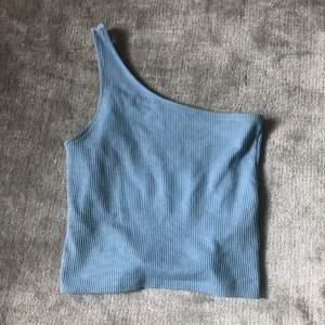 En blå topp från Gina Tricot, köparen står för frakten.