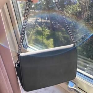 Mörkgrå handväska från asos🤍