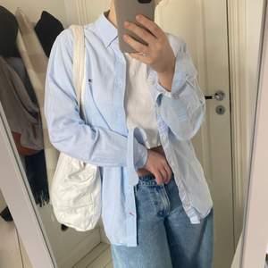 Snygg ljusblå skjorta, perfekt till våren och sommaren💕