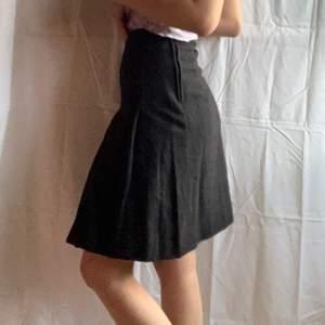 Fin kjol i ylle men är fodrad inuti med typ silke imitation, väldigt liten så skulle uppskatta att det är XXS. Dm för midjemåttet och fler frågor🤍