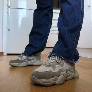 Assnygga beiga chunky sneakers! Slitna i sulan på innersidan men inget som syns utåt. Fungerar fint och är jättesköna! 💞