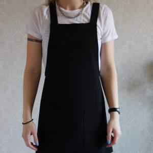 En lite annorlunda kläning. En hängselklänning. Ganska kort. Skönt mateial! Kolla gärna på mina andra annonser, så kan det bli billigare frakt! 👏🏽