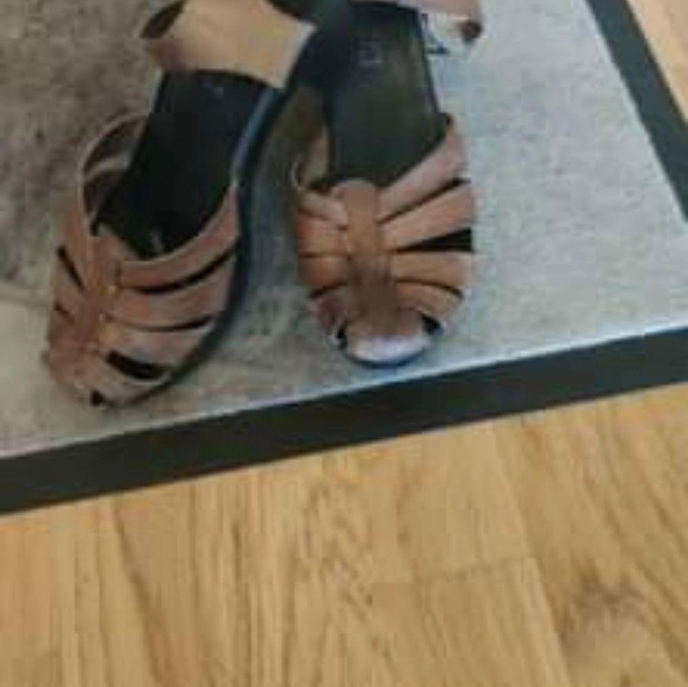 Träklackskor I äkta läder. Priset är förhandlingsbart och skorna stämmer överens verkligheten. St 37 jag säljer endast för att jag har vuxit ur. Väldigt bekväma tack vare skornas egna inlägg . Skor.