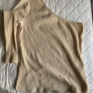 Snygg beige en ärmad tröja