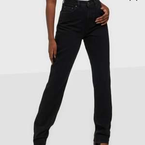 """Säljer dess jeans från Nelly i modellen """"Cheeky long fit"""". De är använda men i bra skick. Jag klippt upp dem på längden och de passar 160-167 ungefär beroende på hur man vill att de ska sitta!"""