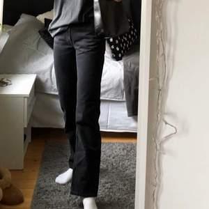 Superfina weekdayjeans i modellen voyage!🥰Storleken är 24/30 (24 i midjan, 30 i längd). Jeansen är sparsamt använda, säljer då de blivit för små. Hör gärna av er om ni har några frågor.                                                                                 Pris: 250 + frakt
