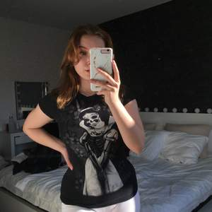 En alt t-shirt i storlek S med en död snövit 🤍 Helt ny, endast testad🤍 Då jag har bytt stil så har jag ingen användning av den längre🤍