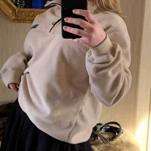 Snygg beige oversize sweatshirt från junkyard i storlek S, passar både tjejer och killar skitbra!