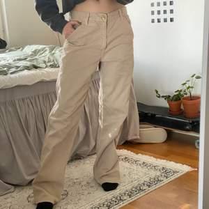 Ett par skitcoola baggy levis jeans som är sällsynta och köpta på humana. Dom har en snygg och oversized passform. Man kan även ha skärp och sätta dom högre upp i midjan ifall man vill ha mer högmidjade. Bra skick! Jag är 168 cm och bär vanligtvis S :)
