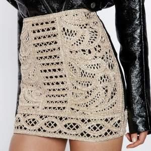En helt ny och oanvänd kjol från IVYREVEL. Prislappen finns fortfarande på. Storlek 36. Guld på framsidan och svart på baksidan.