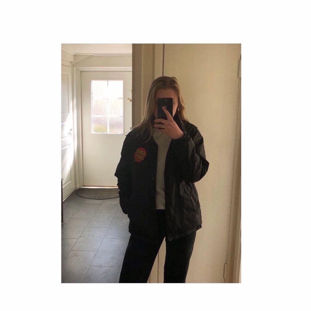 Nu säljer jag min coola Santa Cruz jacka. Perfekt som vårjacka nu när det börjar bli vår!! ☀️ Väldigt bra skick och säljer pga har för många jackor. Nypris=779 kr och jag säljer den nu väldigt billigt.  Skriv vid intresse eller fler bilder! 🥰. Jackor.