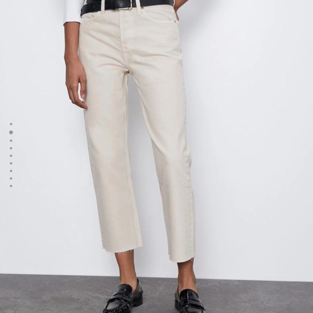 Använda fåtal gånger. Storlek 40 men passar 38⭐️ Färgen på bild två är mer rättvis 🌸🌸. Jeans & Byxor.
