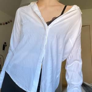vit tunn skjorta i strl xs, så fin till sommaren. fint skick, lite skrynklig på bilden bara för den är nytvättad☺️