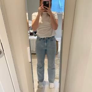 Fina rowe weekday jeans, köpta i sommras, bra skick, straightleg, lite vida, men ngt fläckar, orginal pris 500kr! Jag har använt dom mycket men är som nya!