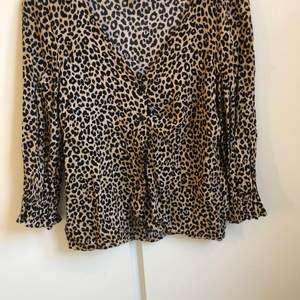 Säljer en blus från hm divided i leopardmönster. Storlek 32 använd vid ett tillfälle så nyskick. 70 kr inklusive frakt