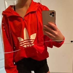 Supersnygg hoodie med fleece på insidan. Använd 2 ggr. Nypris 900:-, mitt pris 300:-