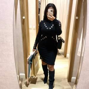 En långarmad klänning. Perfekt för middagar och utekvällar. Kan stylea upp och ned den. Stretchig och formar kroppen!⚡️💘