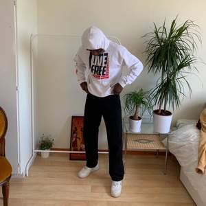 Jätte fin vit vintage Champion hoodie Med speciell tryck 🤷 Tröjan är i storlek M Skulle säga att tröjan är unisex Modellen är 170cm  #diviinethrift #champion #vittröja #streetwear #trendigt #sommar