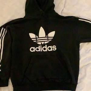 Använd hoodie från Adidas. Passar inte mig längre så säljer denna. Inget sönder eller liknande.
