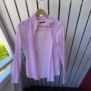 Vit rosa-randig skjorta ifrån Gina Tricot. Storlek 34. Fler bilder kan fås💕