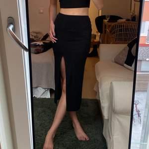Tajt kjol med slits, lite sliten på sidan! Storlek 32 men passar 34