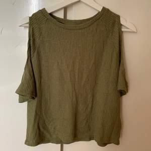 En nästintill oanvänd tröja ifrån hm🌟 materialet är tunt och jätte skönt att ha nu på sommaren☀️