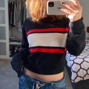 Jättegullig tröja, den är köpt för ca 2 år sedan och har varit använd men har inga stora slitningar. Jätte söt och passar både på vintern och en sommarkväll💕 Hör av dig privat gärna om du är intresserad, budgivning om flera är intresserade💓 Frakten kostar 62kr.