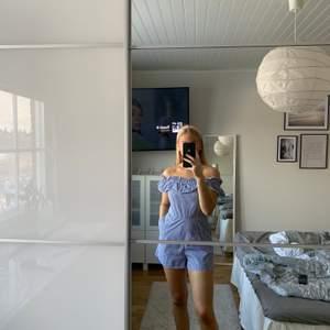 Blåvit randig jumpsuit från New Yorker🦋 jumpsuiten är i storlek S och är i mycket bra skick🤍 jag är 165cm lång, önskas fler bilder eller om det finns frågor är det bara att skriva