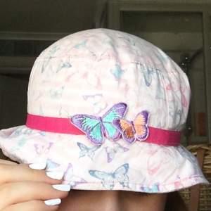 Jättesöt buckethat med fjärilar perfekt till sommaren! FRIFRAKT