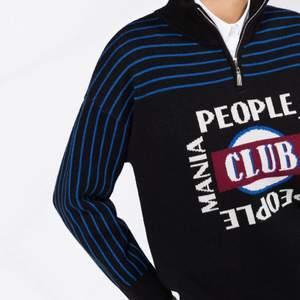 Säljer min coola tröja från Sandro. Köptes för att ha på ett skolfoto alltså endast använd en gång. Nypris: 2500kr