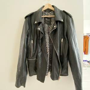 Vintage leather jacket som var köpt i zara några år sedan. Syns att den ör använd men är på mycket bra skick. Storlek XL (men) och kan passa som oversize på tjejer. Kan träffas i stockholm eller köparen betalar för frakt 📦