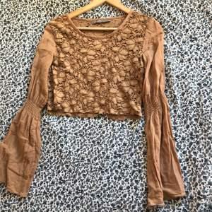 intressekoll på denna jättefina tröja jag croppat som inte passar längre💕 coolt mönster o utsvängda ärmar ☺️har lite fläckar vid ärmen men så var den när den köptes o märks knappt av😌 skriv vid frågor!