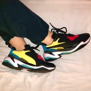 Jättesnygga puma skor som jag aldrig använt! Nypris: 1299kr. Skriv ifall du har några frågor!🥰❤️ Säljer billigt pga svart fläck på det gula på högra skon :( 💓 frakt: 110kr    Andra jävligt snygga skor på min sida!!! Nike air, jordans mm!!   