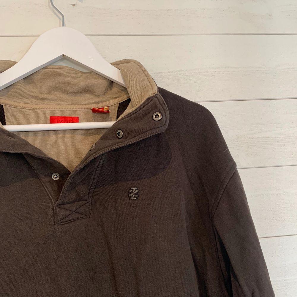 Trendig oversized brun sweatshirt med knappar från IZOD. Tröjor & Koftor.