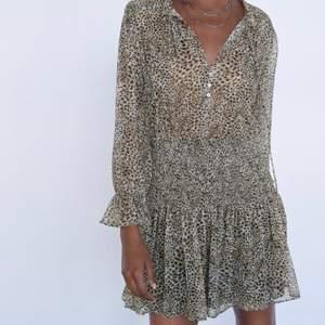 Säljer två super trendiga och slutsålda klänningar från zara! Super fina på sommaren💗 Högsta bud XS 470💗 S är såld 💗 eller köp direkt för 600 inklusive frakt💕 annars tillkommer frakt
