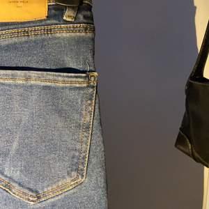 blå jeans i storlek 32 från Stradivarius