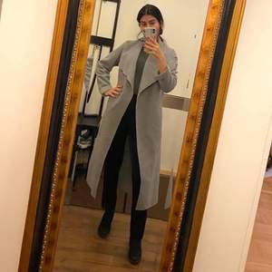 Grå lång kappa med knutband (knutit bak på bilden). Säljes pga utrensning, har för mycket kläder som inte kommer till användning 🌸  storlek S 190kr exklusive frakt 🌸