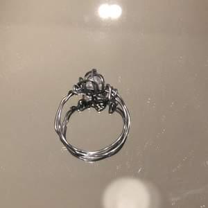 En hemmagjord ring med en liten sten på