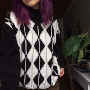 Rutig sweater som jag thriftat. Passar oversized på mig som är S, men är i storlek XXL. Är i bra skick. Priset kan prutas vid snabb affär🥰 frakt tillkommer, kan mötas i Uppsala