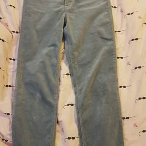 Byxorna är så fina. Säljer dom pga att jag brukat använda XS och dom här byxorna passar för S så dom är lite för stora för mig. Tyget är så mjukt på byxorna.