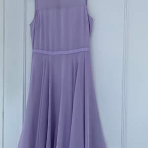 En knälång ljuslila klänning. Använt en gång. Mycket bra skick förutom lite smink på klänningen.