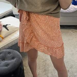 Fin kjol, bra skick och använd fåtal gånger. Frakt tillkommer