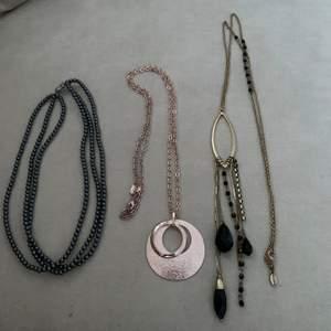 Flera olika halsband och bra skick, pris beror på vad för halsband och hur många du vill köpa, den andra annonsen jag lagt upp gäller samma så man kan välja mellan dem alla, frakten kommer oxå variera då vissa halsband är tyngre, frakt tillkommer