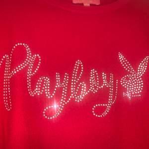 Äkta Playboy Bunny tröja köpt i butik för ca 600kr (på rea) riktigt skönt material, inte cashmere men känns påriktigt som det😍. Alla stenar är kvar - tröjan har inga defekter