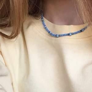 Blått pärlhalsband. Gjort av seadbeads och elastisk tråd. Det är även en hake så man bahlver inte oroa sig för att man inte kan få på sig det. Älskar verkligen detta halsband🐳om fler är intresserade kommer jag göra fler🧡