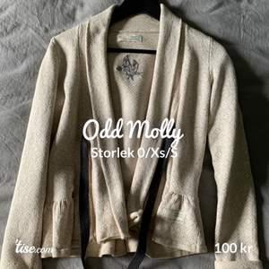 Säljer denna beiga Odd Molly kofta som har använts ett få tal gånger, ser ut som nyskick💕 Storlek Xs men passar även Xxs och S